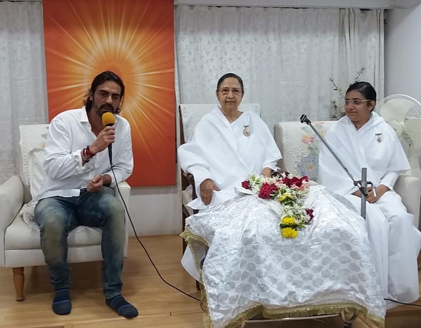 Mumbai- Santacruz(W) - Actor Arjun Rampal visits Santacruz West Centre